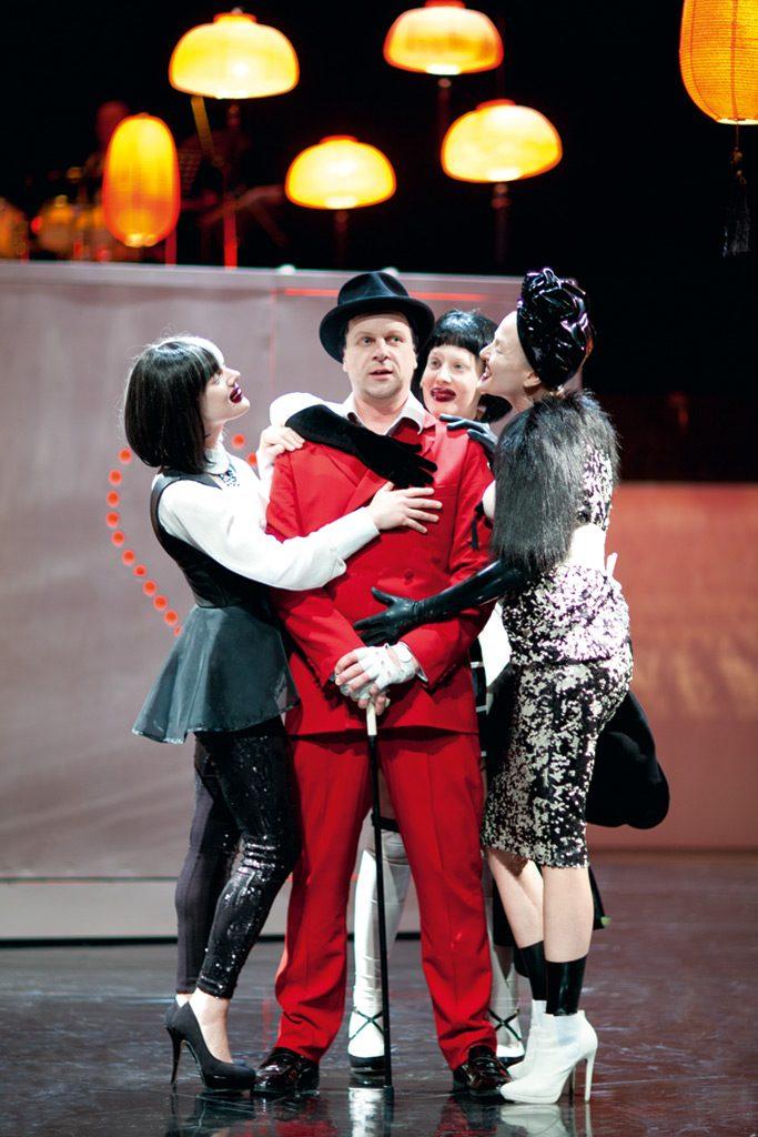 Szene aus »Die Dreigroschenoper«, Theater Paderborn